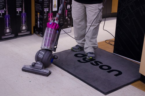 Vacuuming confetti on hard surfaces with DC41